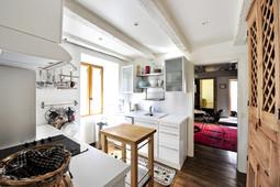 Lumière et optimisation de l'espace pour la cuisine du gîte le Balcon à Carennac