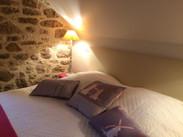 Literie et ambiance de confort du gîte Le BalconLe Balcon détail déco chambre étage