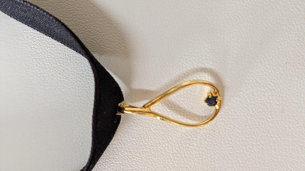 Ras du cou en velours noir et pendentif plaqué or