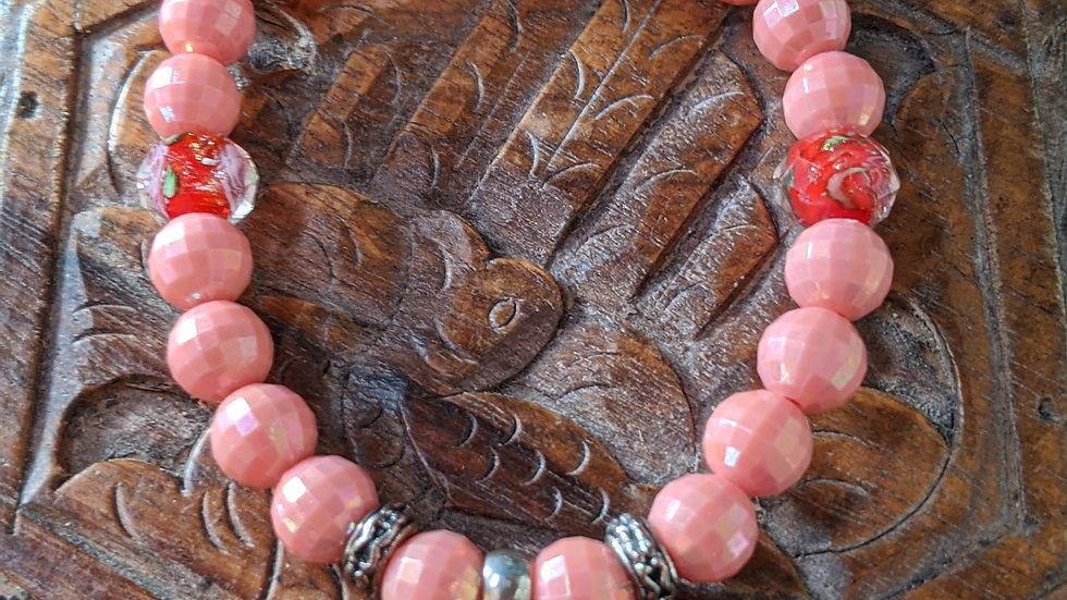 Bracelet Saint Thérèse avec perles en verre rouges et fantaisie roses