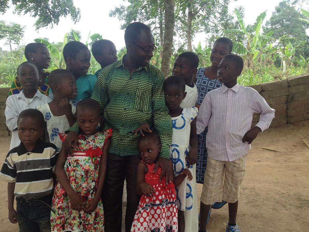 Los doce niños del orfanato con Wisdom