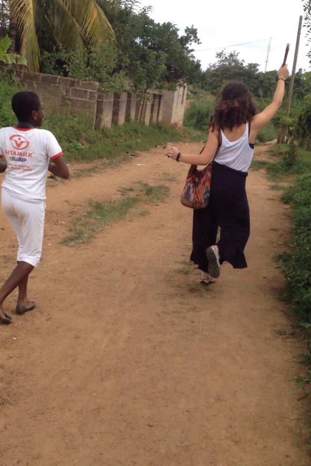 Sarah y Valentina bailando después del cole.