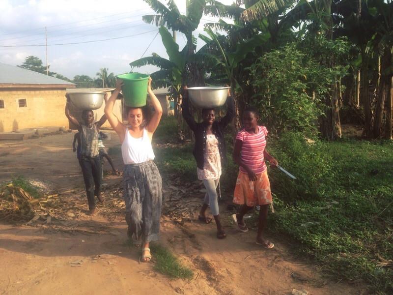 Llevando agua al orfanato.