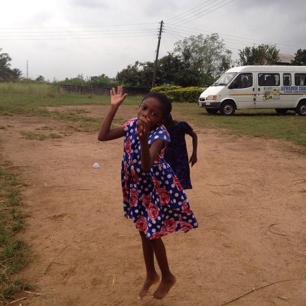 """Naomy (7 años) juega al """"ampe"""", típico juego de niños en Ghana."""