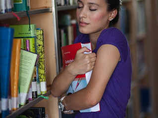 Je tiendrai  mon livre dans mes mains.