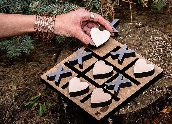 """Stalo žaidimas """"Kryžiukai – nuliukai"""" (širdelės – kryžiukai)"""