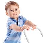 طفل يقوم بدفع لعبته