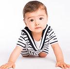 طفل لطيف مستعد للزحف