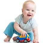 طفل متحمس للعب بسيارته الصغيرة