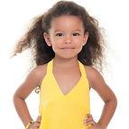 طفلة جميلة ترتدي فستان اصفر