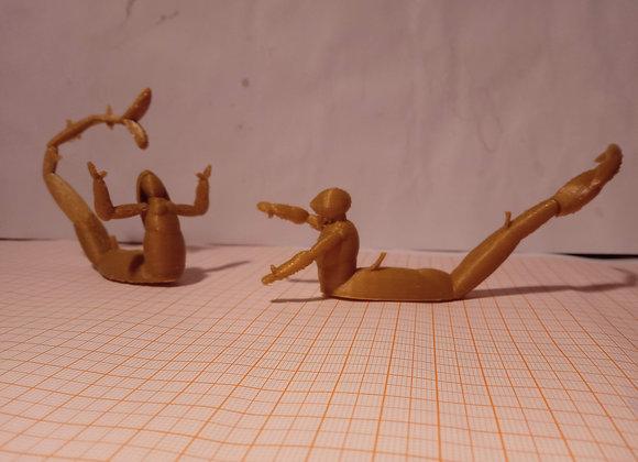 personagens de quadro do Bosch, um casal sereia e tritão de armadura impressos em 3D com filamento dourado