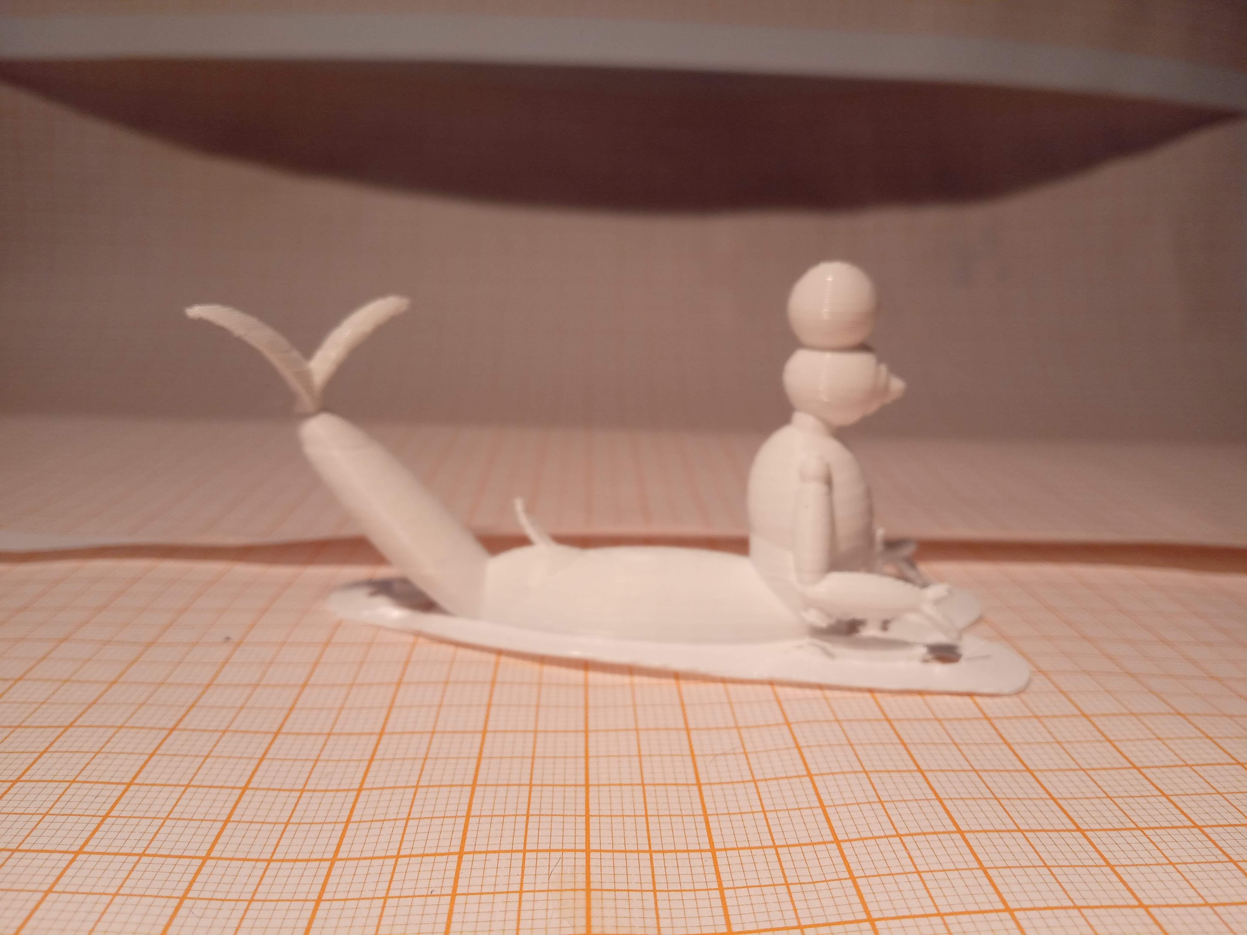 Toyart branco impresso em 3D de um tritão de armadura com um fruto redondo na cabeça visto de lado