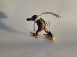 Personagem de quadro do Bosch, um esquiador esquisito de esqui, carregando um arco no ombro e flecha