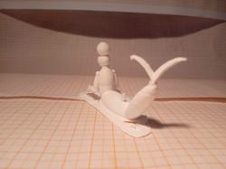 Toyart branco impresso em 3D de um tritão de armadura com um fruto redondo na cabeça visto de costas
