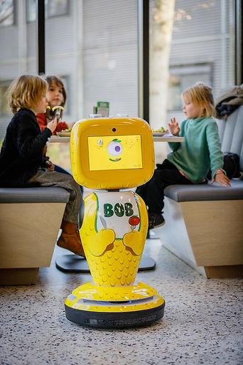 RobShare James helpt kinderen met eten