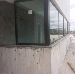 Guarita blindada equipada com janela fixa blindada e vidros blindados nível III-A certificado pelo Exército Brasileiro. Porta blindada e passa-documento blindado completam os recursos desta maravilhosa guarita. Garantia total de 5 anos inclusive para a instalação