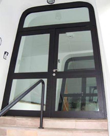 Porta personalizada blindada com vidros blindados nível III-A Blindaço. Certificação do exército brasileiro, personalização e 5 anos de garantia