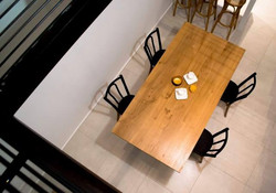 Table en chêne massif vernis