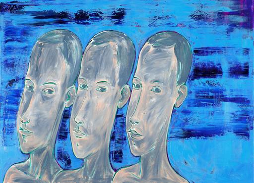 Drei vor königsblauem Hintergrund