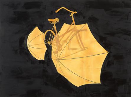 Ankommendes Fahrrad mit Regenschirmen auf dunklem Hintergrund