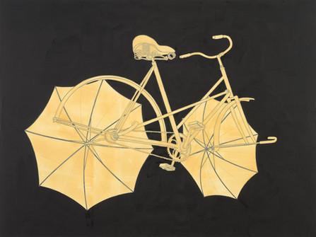 Abfahrendes Fahrrad mit Regenschirmen auf dunklem Hintergrund