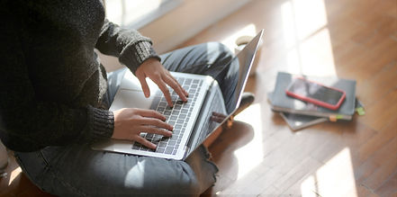 woman-sitting-on-the-floor-using-laptop-