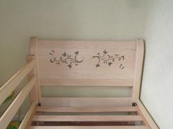 Meuble bois massif - Lit décoré