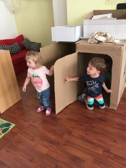 Niños casa de cartón