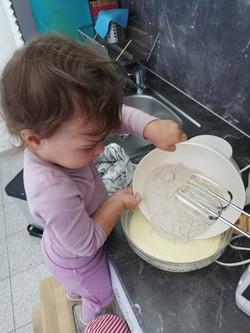 Niña cocinando en La Rueda