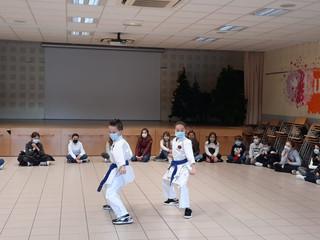 Démonstration de karaté par deux élèves de CM2 devant leur classe