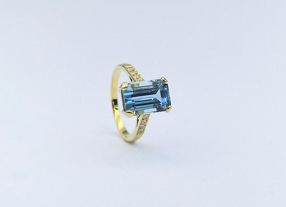 18ct Oblong Aquamarine & Diamond  Ring