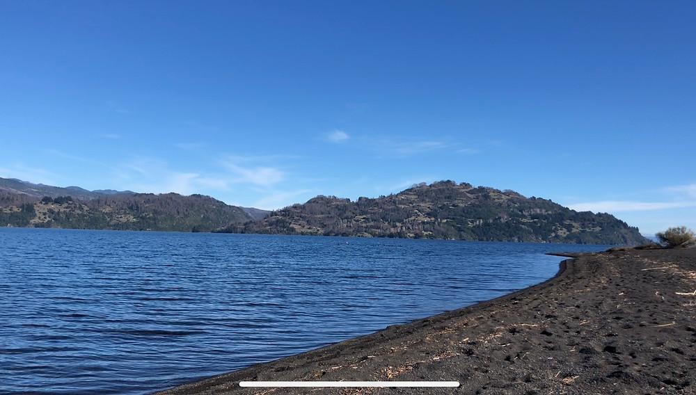 Lago de origen glaciar ubicado a 30 km al sur de Villarrica y a 17 km al noreste de Panguipulli.