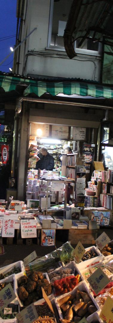 10・窓辺から右下を見ると本屋さん。市場時間に合わせて暗いうちからやっています。