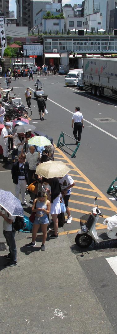 6・身体をのりだして左を見ると、寿司屋の前から続く長ーい行列。イケメンガイジンもうれしそうに行列してます。