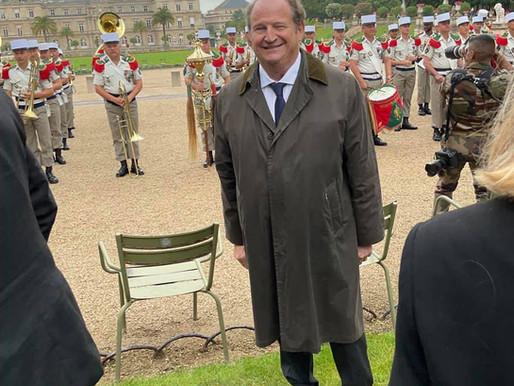 Prise d'armes organisée par la Légion Étrangère dans les jardins du Luxembourg avec le 1er REC