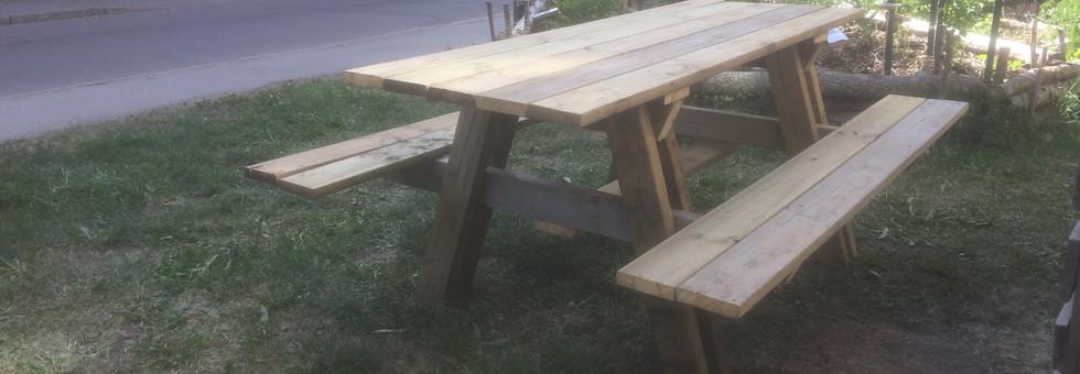 Trädgårdsbord med bänkar