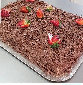 bolo-confeitado-chocolate-com-morango-sa