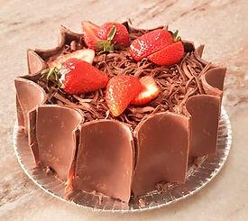 bolo-confeitado-de-morango-com-chocolate