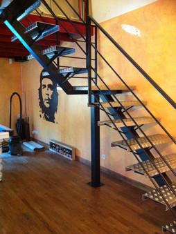 escalier marches acier
