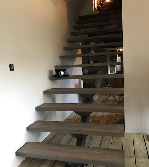 escalier marches bois noirs