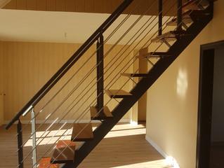 Un escalier droit limon central