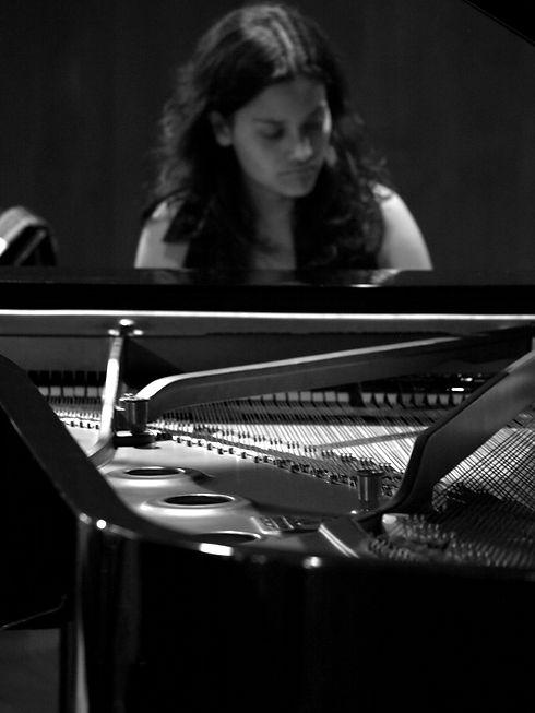 LAURA_PIANO[1].JPG