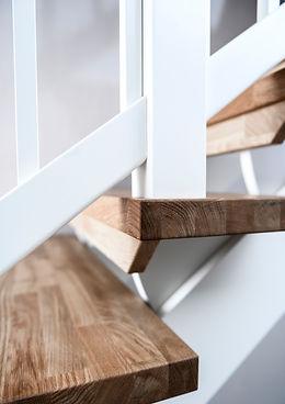 Stolpe till trapp i ek med räcke