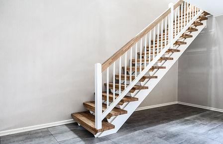 Rak trappa med handledare i ek