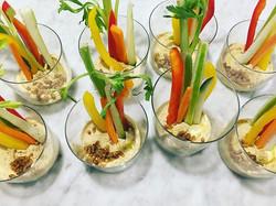 Hummus di ceci con verdure crude e #caimani al coltello • #entoexperience #entomofagia
