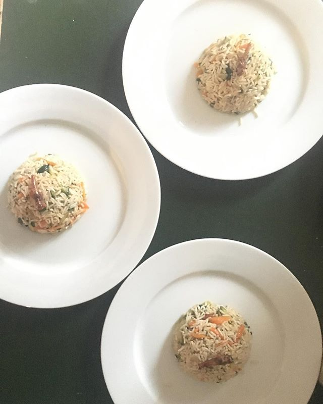 Cupolotto di riso pilaf al profumo di cannella con verdurine e locuste 🍚🥕🐜_._