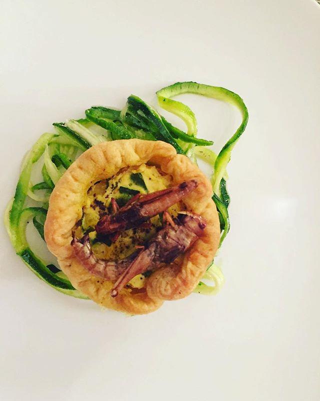 Tra le ricette dell'#entoexperience di ieri c'era • quiche sul letto di #zucchininoodles e #locuste