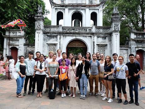 Visite du Temple de la littérature à Hanoï