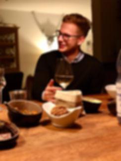 Ein Bild von mir bei einem Feierabend Wein mit Freunden.