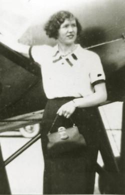 Oma bij vliegtuig